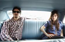 """She & Him convierten al folk el clásico """"God Only Knows"""" de los Beach Boys"""